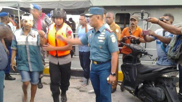 KRI Teluk LadaEvakuasiABK KM Mina Sejatiyang Selamat, Tiba di Dobo Disambut Pejabat TNI AL