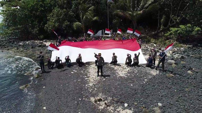 HUT RI, Kapolres Bintan dan Tim Kibarkan Bendera Merah Putih Raksasa di Pulau Terluar