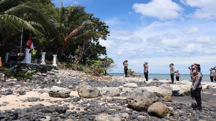 Foto suasana saat Kapolres Bintan, AKBP Tidar Wulung Dahono dan tim upacara bendera di pulau terluar di Pulau Sentut Desa Mapur, Kecamatan Bintan Pesisir, Kamis (19/8/2021), peringatan HUT RI