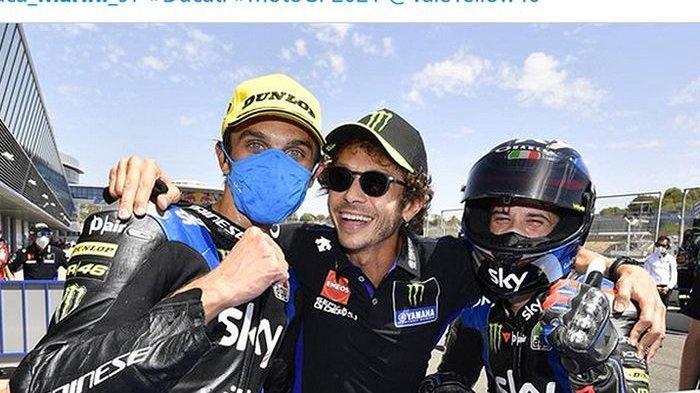 MOTOGP - Valentino Rossi (tengah) merayakan podium ganda dari dua pembalap tim Sky Racing VR46, Luca Marini (kiri) dan Marco Bezzecchi (kanan), pada balapan Moto2 Andalusia di Sirkuit Jerez, Spanyol, 26 Juli 2020.