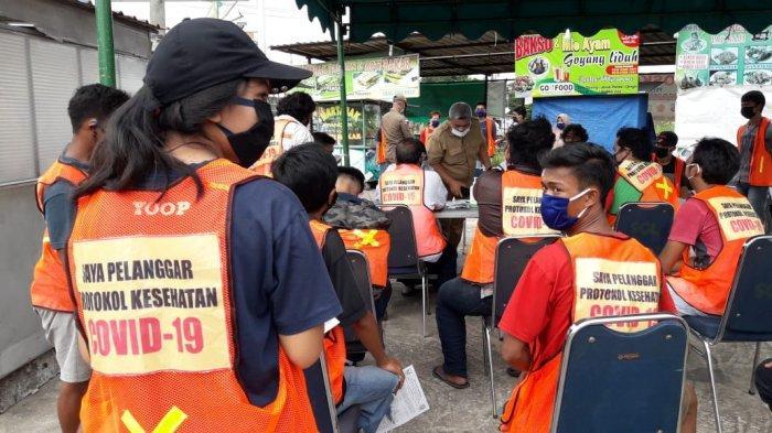 TAK PAKAI MASKER - Warga terjaring razia protokol kesehatan di Simpang Nato Batam, karena tak pakai masker, Selasa (20/10/2020)
