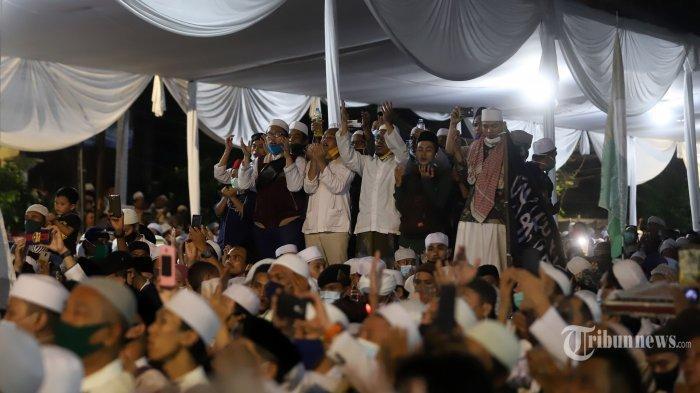 Massa pendukung Front Pembela Islam (FPI) saat menghadiri perayaan Maulid Nabi Muhammad SAW sekaligus pernikahan anak Habib Rizieq Syihab di kawasan Petamburan, Tanah Abang, Jakarta Pusat, Sabtu (14/11/2020). Dalam acara Mata Najwa, Ketua DPP FPI Slamet Maarif menyebut Habib Rizieq Shihab tak pernah menyerukan ajakan berkumpul. Pernyataan tersebut langsung diskak mat Najwa Shihab.