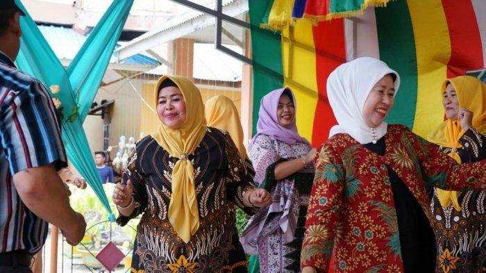 Meriahkan HUT RI ke 74, Istri Walikota Tanjungpinang Berjoget Dangkong