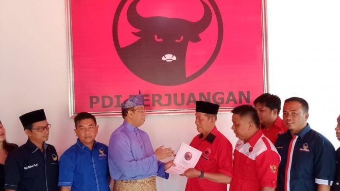 Maju ke Pilbub Karimun, Anwar Serahkan Formulir Pendaftaran ke PDI Perjuangan