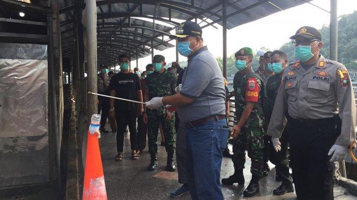 Tim gugus tugas penanggulangan Covid-19 Anambas yang terdiri dari Pemerintah Daerah, BPBD, Polri dan TNI melakukan penyemprotan disinfektan di beberapa titik lokasi di Tarempa, Kecamatan Siantan, Sabtu (21/3/2020).