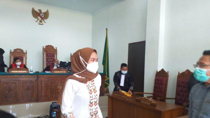 Rini Pratiwi, Anggota DPRD Tanjungpinang menjalani sidang perdananya sebagai terdakwa di Pengadilan Negeri (PN) Tanjungpinang, Rabu (21/04/2021).