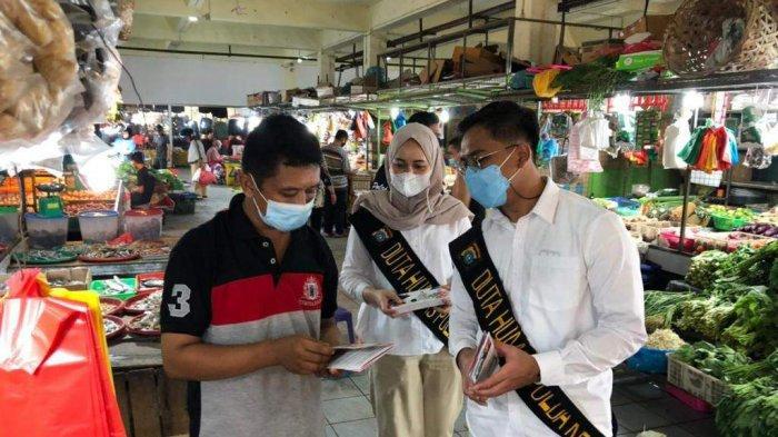 SOSIALISASI MASKER - Duta Humas Polda Kepri melakukan sosialisasi penggunaan masker bagi masyarakat Kota Batam.