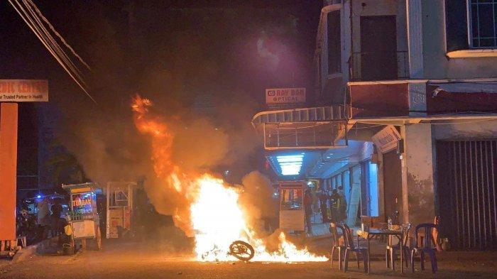 Motor Thunder Mendadak Terbakar, saat Pemiliknya Duduk di Atas Motor Tunggu Istri Beli Gorengan