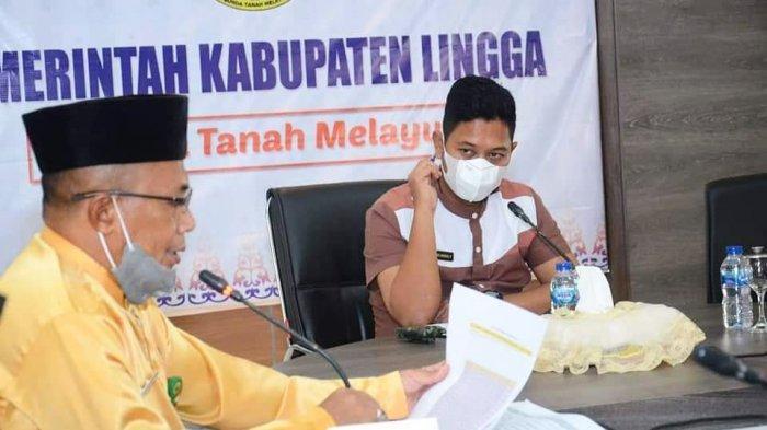 Wabup Lingga, Neko Wesha Pawelloy hadiri undangan rapat bersama Dinas PMPTSP Lingga di ruang rapat, Daik, Kecamatan Lingga, Kabupaten Lingga