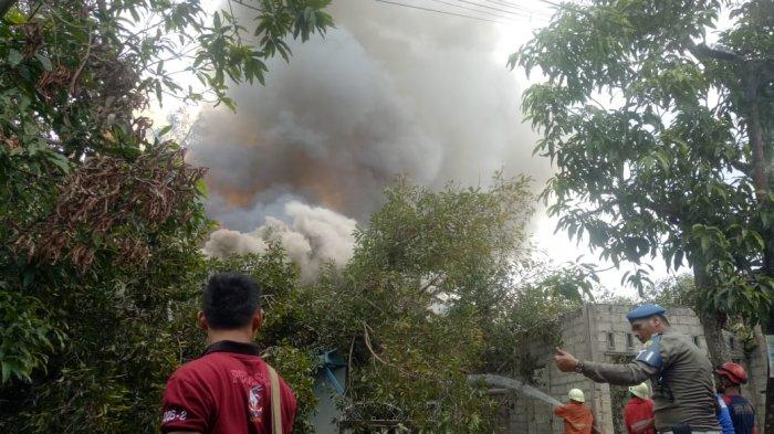 50 Warga Tanjungunggat Mengungsi. Kayu Are Terbakar Lalu Tumbang dan Menimpa 10 Rumah