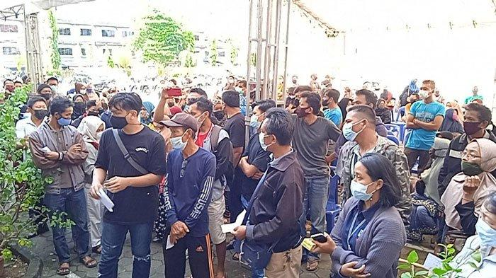 Warga Tanjungpinang berkumpul untuk mendapatkan vaksinasi covid-19 dosis kedua di Asrama Haji Tanjungpinang, Rabu (21/7/2021)