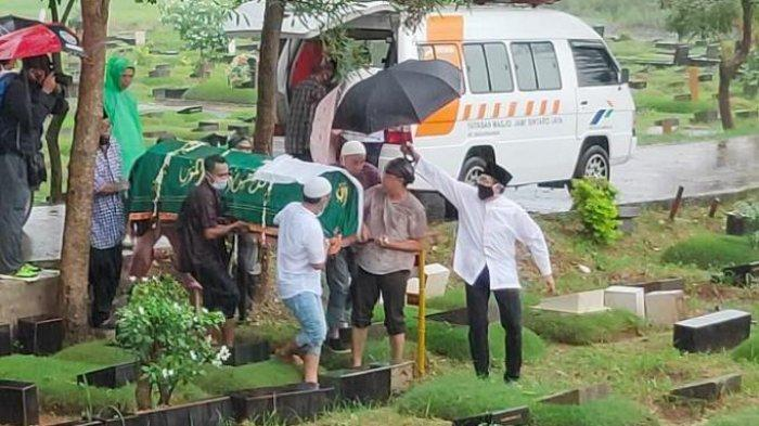 PEMAKAMAN - Prosesi Pemakaman Mendiang Ricky Yacobi di TPU Tanah Kusir, Jakarta Selatan, Sabtu (21/11/2020). (Tribunnews.com/Danang Triatmojo)