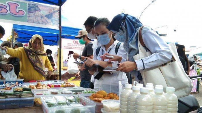 Tim BPOM Kepri melakukan sidak dengan cara mengambil sejumlah sampel makanan untuk diperiksa