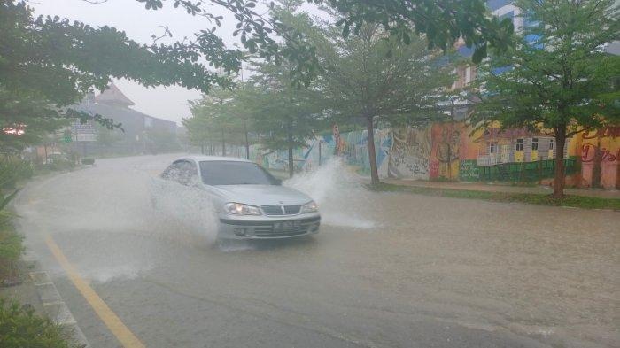 Hujan Deras 1 Jam, Jalan Teuku Umar Batam Terendam, Ada yang Nekat Terobos Genangan Air