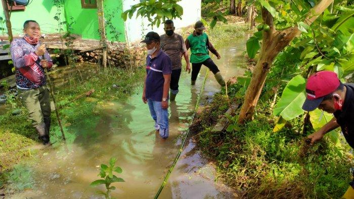 10 Rumah di Desa Bukit Belah Lingga Tergenang Air, Warga Goro Buat Saluran Air