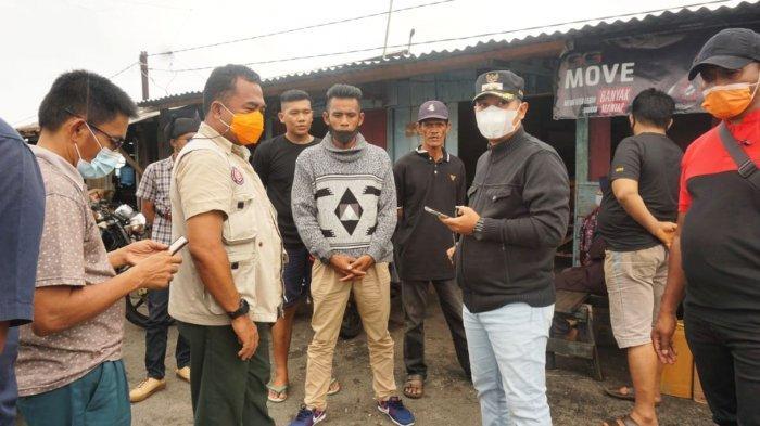 Wakil Bupati Lingga, Neko Wesha Pawelloy bersama Kepala BPBD Lingga, Oktanius Wirsal menunggu di Pelabuhan Dabo Singkep, Kabupaten Lingga