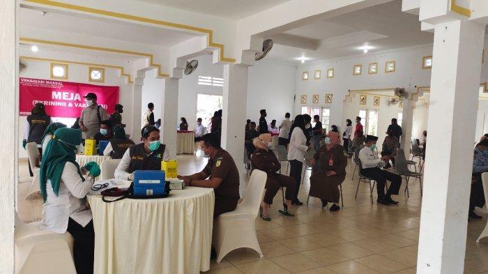 Kegiatan vaksinasi covid-19 massal di Gedung Nasional, Dabo Singkep, Kabupaten Lingga, belum lama ini