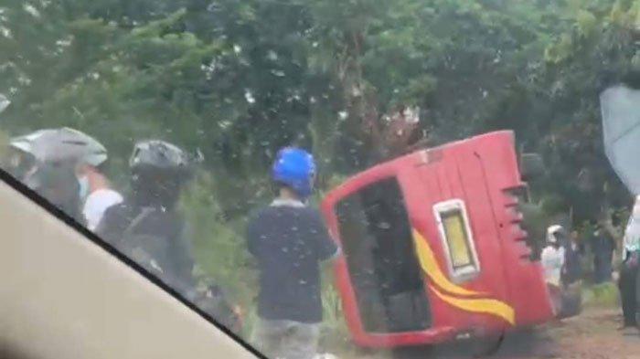 BREAKING NEWS - Sebuah Minibus Bimbar Terbalik di Batam Center