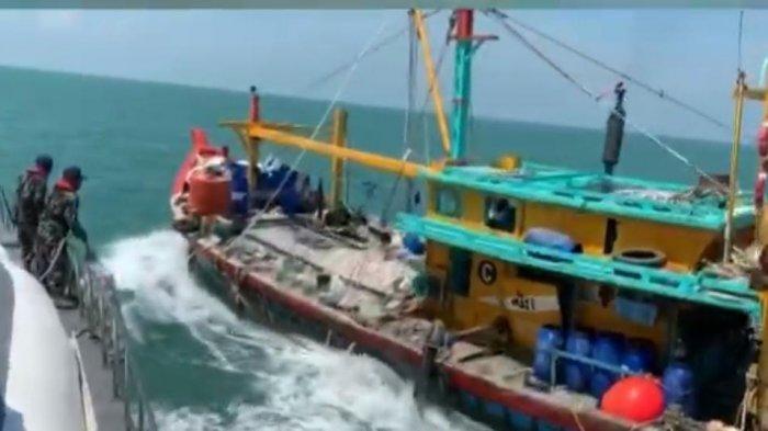 Kapal KHF 1764 berbendera Malaysia saat hendak diamankan oleh petugas Pangkalan PSDKP Batam.