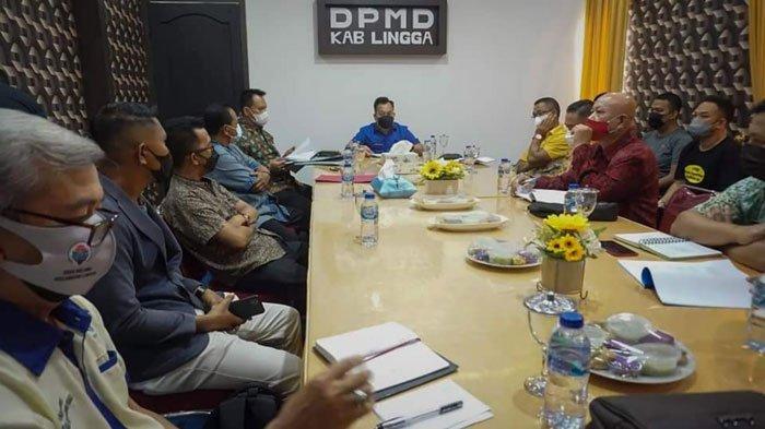Bupati Lingga, Muhammad Nizar saat melakukan pertemuan di DPMDes Lingga, Kamis (22/7/2021)