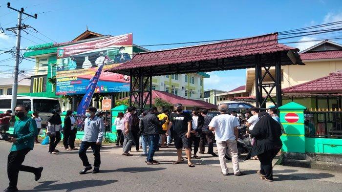 Warga Tanjungpinang serbu sentra vaksinasi covid-19 di Poltekkes Kemenkes Tanjungpinang, Kamis (22/7/2021)