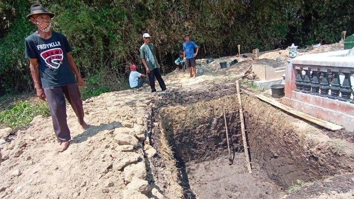Sebanyak 80 Orang Dari 2 Kampung Gotong Royong Gali Makam Keluarga Suranto