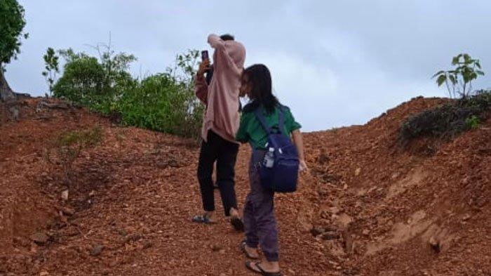 PERJUANGAN Siswa Desa Persiapan Kentar Lingga Demi Belajar Daring, Rela Naik Bukit Agar Dapat Sinyal