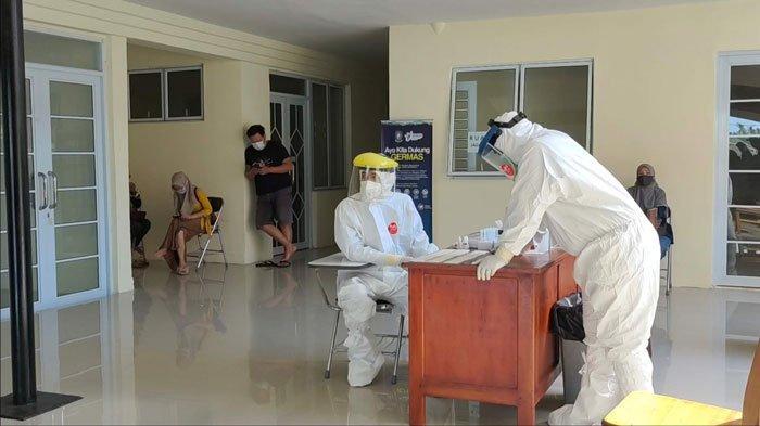 TES ANTIGEN - Foto petugas kesehatan Puskesmas Dabo Lama, Kabupaten Lingga saat melakukan tes swab antigen beberapa waktu lalu