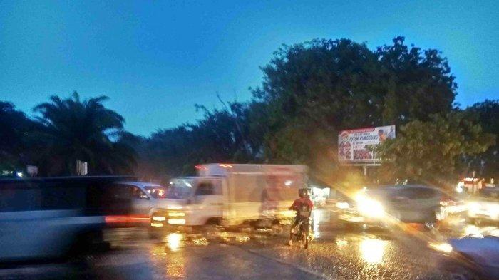 Lalulintas di Simpang Lampu Merah Panasonic Semrawut, Pengendara Saling Serobot Jalur