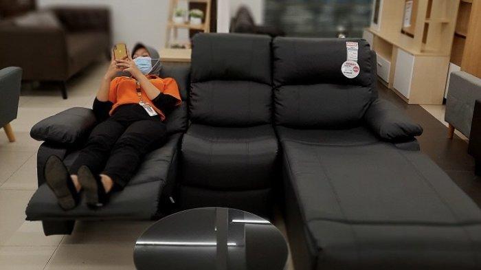 Staf toko Selma Botania tengah berfoto di set sofa hitam