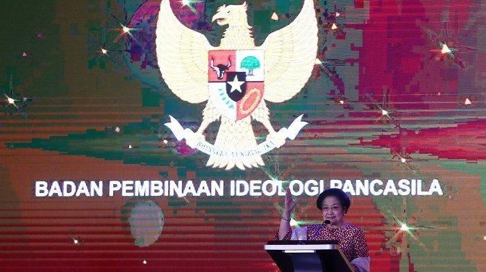 Ketua Dewan Pengarah Badan Pembinaan Ideologi Pancasila (BPIP) Megawati Sukarnoputri menghadiri acara diskusi Perempuan Hebat untuk Indonesia Maju, menyambut Hari Ibu, di Hotel Ritz Carlton Pacific Place, Jakarta Selatan, Minggu (22/12/2019)