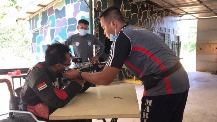 LATIH TEMBAK - Hamzah, atlet menembak yang punya cacat fisik sedang mengikuti latihan menembak di Lapangan Tembak Marinir Kota Tanjungpinang.