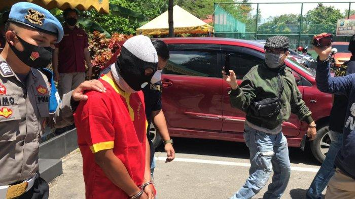 Satresnarkoba Polresta Barelang menangkap oknum Polisi berpangkat Briptu KIN yang berdinas di Polresta Tanjungpinang.