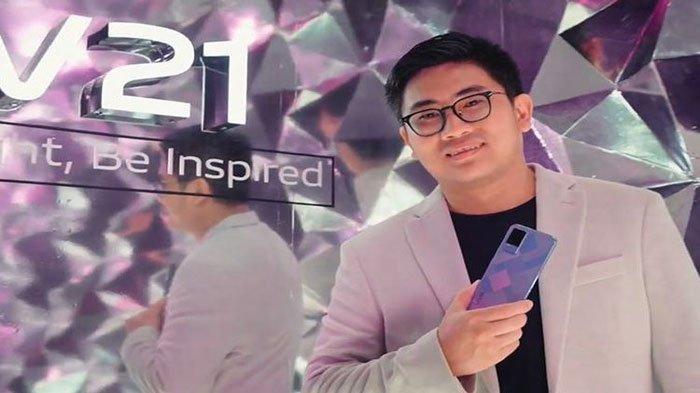 Product Manager Vivo Indonesia, Ricky Bunardi menggenggam Vivo V21 dalam acara peluncuran online, Selasa (22/6/2021).