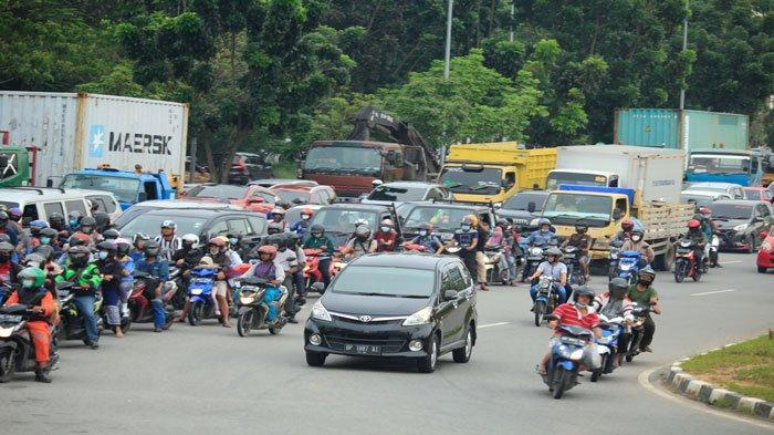 Sejumlah kendaraan saat menunggu lampu pengatur lalu lintas di Simpang Indosat, Lubuk Baja, Batam, Selasa (22/6/2021). Pemerintah Provinsi Kepulauan Riau (Kepri) berencana kembali menggelar pemutihan pajak kendaraan yang bertujuan untuk meningkatkan pendapatan asli daerah (PAD).