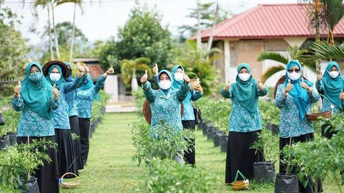 Ibu-ibu PKK Lingga foto bersama saat memanen cabai rawit di pekarangan Gedung Daerah Dabo Singkep, Kabupaten Lingga, Rabu (23/6/2021)