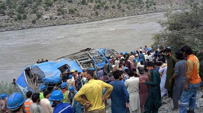 Bus yang membawa insinyur China menjadi sasaran bom, hingga terjun ke sungai.
