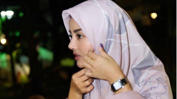 Foto Tania Ayu pakai hijab jadi sorotan. Nama model Tania Ayu terseret dalam kabar prostitusi online artis berinisial TA dengan tarif Rp 30 juta.