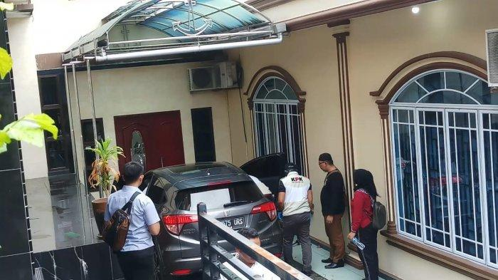 Tidak Cuma Isi Rumah Pribadi Nurdin Basirun, KPK juga Keluarkan Isi Mobil yang Terparkir di Halaman