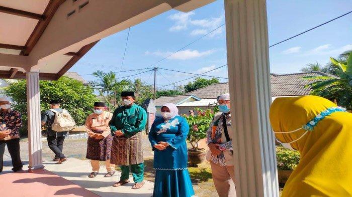 Kasus Corona Masih Tinggi, Wali Kota Tanjungpinang Serahkan Sembako ke Pasien Isoman