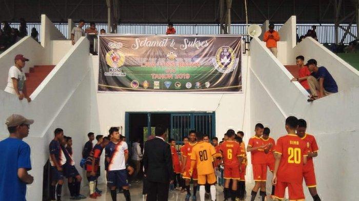 Pertandingan pertama di Grup B Liga U-14 Askot PSSI Batam berlangsung Minggu (22/9/2019) sore. Pada pertandingan pembuka di grup B ini, SSB Tunas Eagle berhasil menang dengan skor 3-1 atas SSB Tunas Harapan.