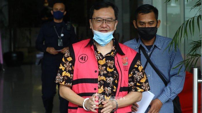 Tersangka Komisaris PT Hanson International Tbk Benny Tjokrosaputro meninggalkan gedung KPK usai menjalani pemeriksaan di Jakarta, Selasa (11/8/2020). Penyidik Kejaksaan Agung kembali menumpang ruangan di gedung KPK untuk melakukan pemeriksaan lanjutan terhadap tersangka kasus dugaan korupsi di PT Asuransi Jiwasraya (Persero) tersebut.