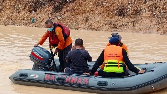 BOCAH TERSERET - Tim SAR sedang mempersiapkan diri untuk mencari Diva (6), bocah yang hilang setelah terseret arus air di parit Perumahan Cipta Asri Tahap III, RT 013/RW 012, Sagulung, Kota Batam, Senin (23/11/2020) sore.