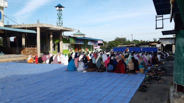 Batam Zona Merah, Puluhan Warga Mandalay Nekat Salat Id Berjemaah di Depan Masjid