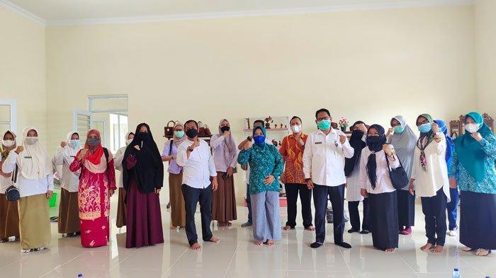 Ketua Dekranasda Lingga gelar rakor, membahas kerajinan tudung manto, batik Lingga, dan tenun Lingga di Implasemen Dabo Singkep, Kabupaten Lingga, Rabu (23/4/2021)