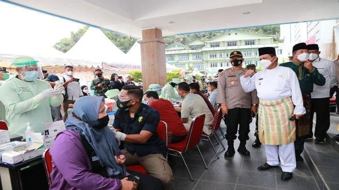 Gubernur Kepri, Ansar Ahmad saat meninjau pelaksanaan vaksinasi covid-19 di RSUD Tarempa, Anambas, Kamis (24/6/2021)