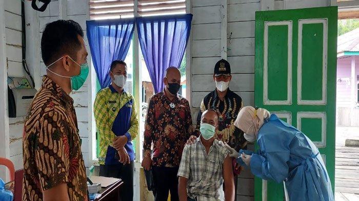 Ketua Komisi I DPRD Natuna Berbagi Cerita Divaksinasi dengan Warga Pulau Tiga