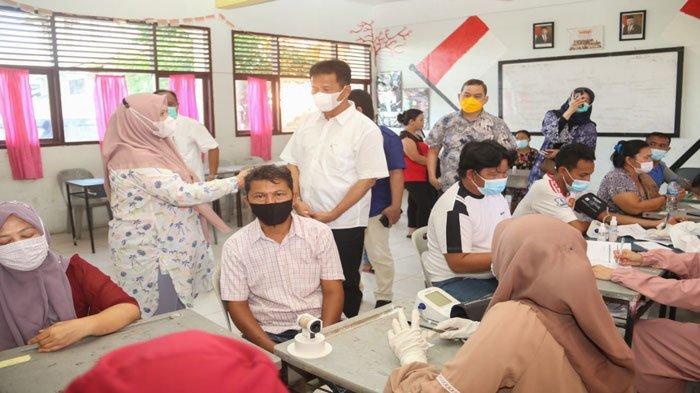 Wali Kota Batam, Muhammad Rudi saat meninjau vaksinasi di SMPN 10 Batam, Kamis (24/6/2021).