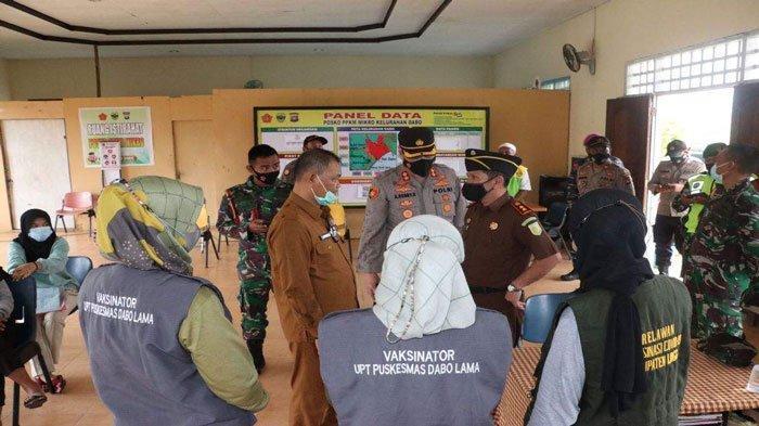 Tim Kesehatan dan TNI-Polri Door to Door ke Rumah Warga yang Belum Divaksin di Lingga