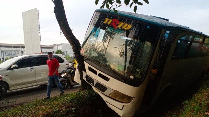 Mobil bus yang mengalami kecelakaan tunggal di ruas Jalan Jenderal Sudirman Batam, Kamis (24/12/2020)